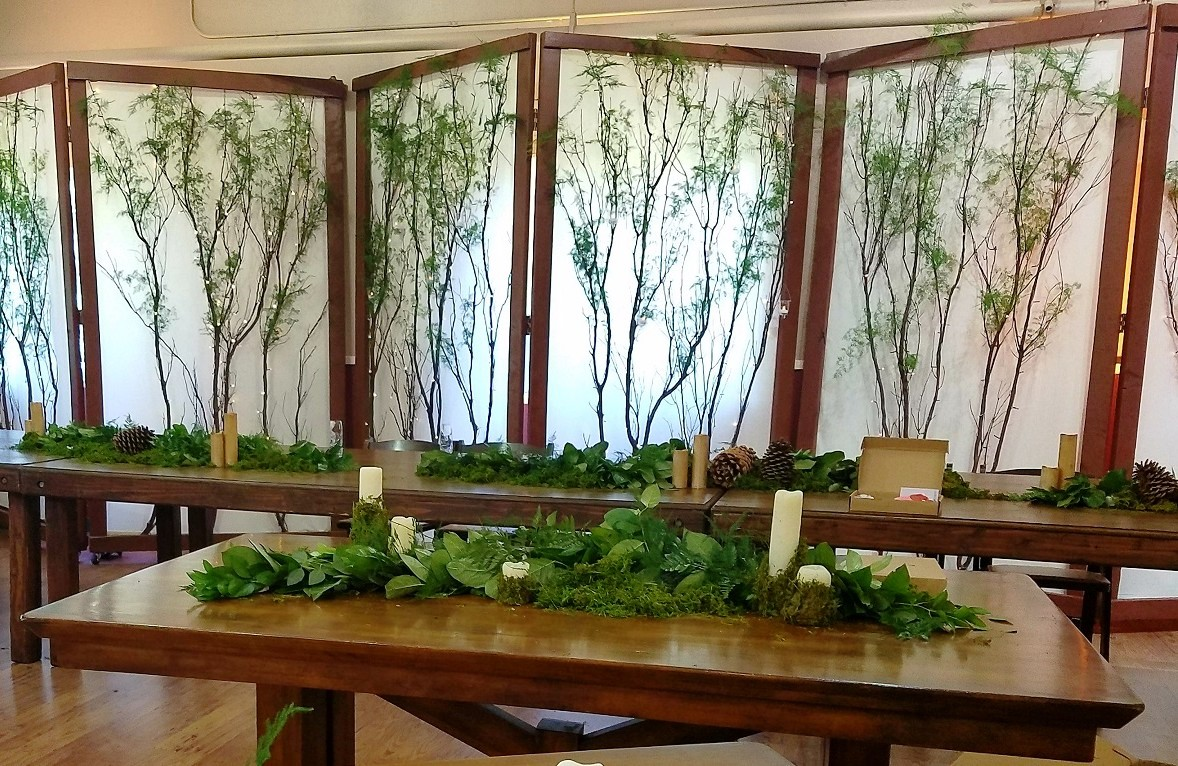 Folding Screens behind rustic tables Lake Tahoe wedding rentals Manzanita Glow