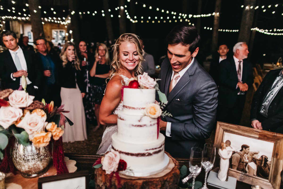 Wedding at The Hideout - VILD Photography - cutting the cake